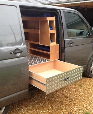 agencement de tiroirs pour le vehicule utilitaire du marechal-ferrant