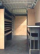 Etabli, armoire et étagères en metal posés dans un véhicule utilitaire